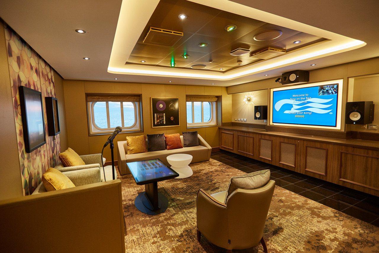 獨家擁有海上海景KTV包廂,並有觸控式點歌桌面。圖/公主遊輪提供