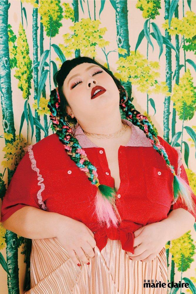 渡邊直美登時尚雜誌,連嘴巴微張也很有戲。圖/Marie Claire美麗佳人提供
