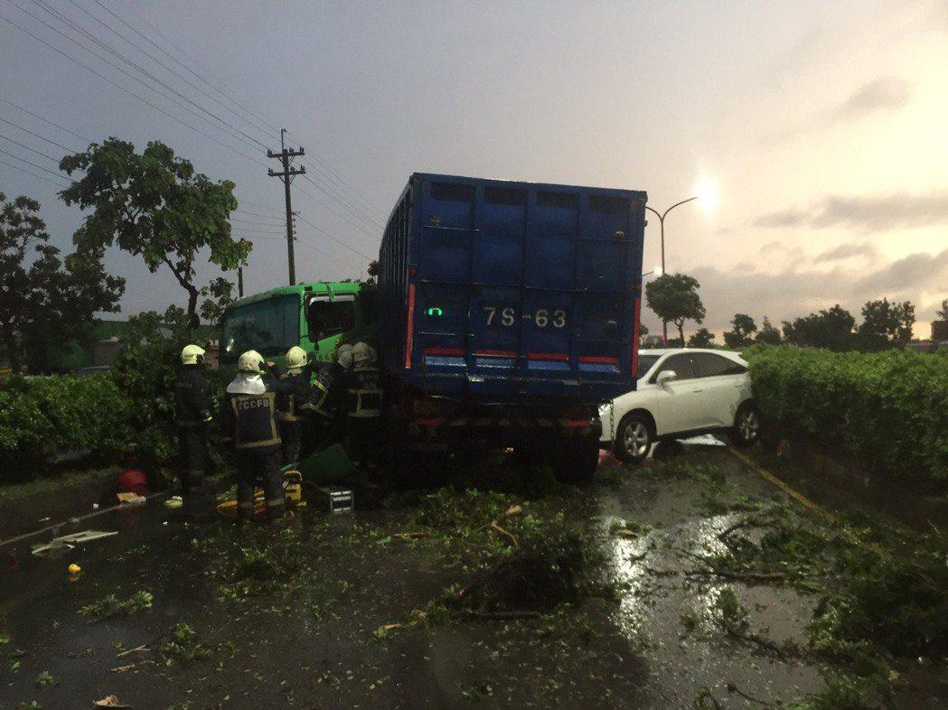 台中清水區臨港路6段下午發生自小客車與貨車相撞意外。圖/台中市消防局提供
