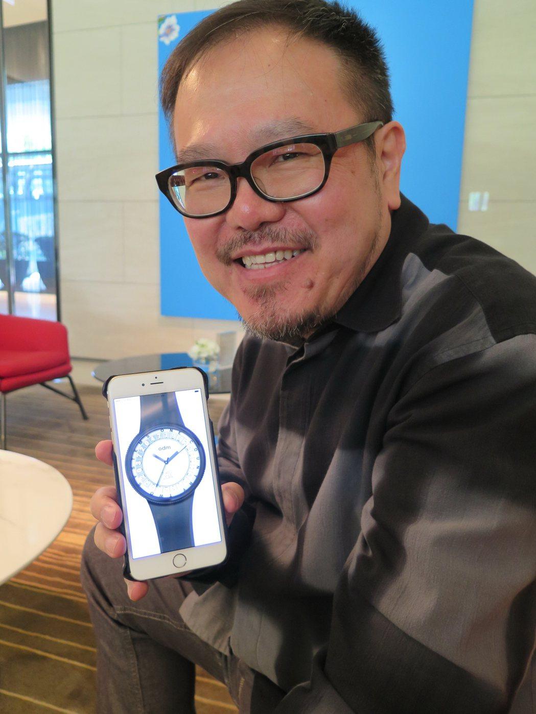 著名設計師劉小康與他設計的2047表。記者何定照/攝影