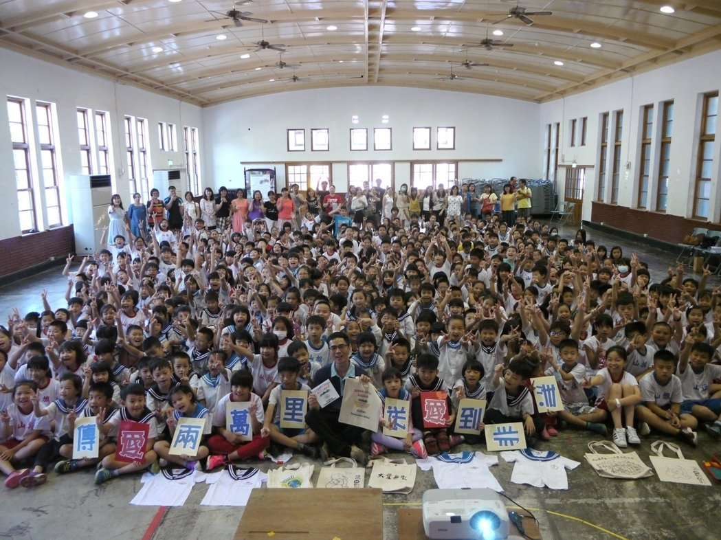 旗山國小學童送愛到非洲,小朋友捐贈穿不下的制服與用不著的手提袋給剛果學童。記者徐...