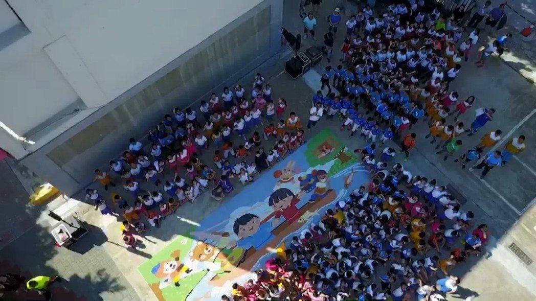 台南市協進國小以6萬6666塊小馬賽克,拼貼出「幸福協進」裝置藝術。記者鄭惠仁/...