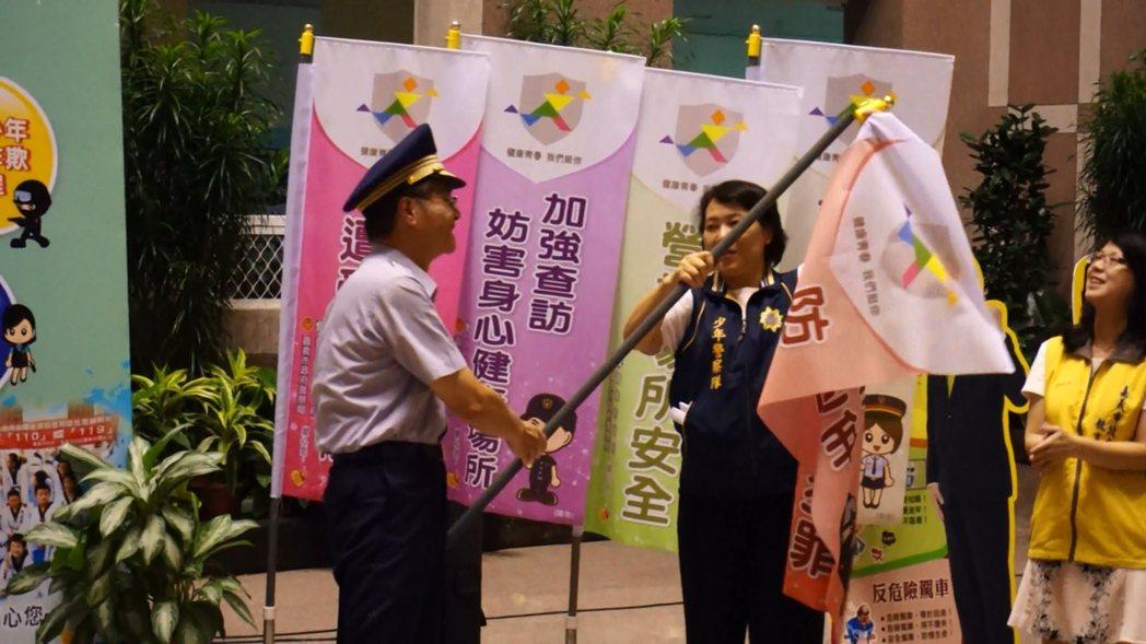 嘉市警察局長詹永華(左1)搖旗,旗面不慎噴飛,引起現場笑聲。記者林伯驊/攝影