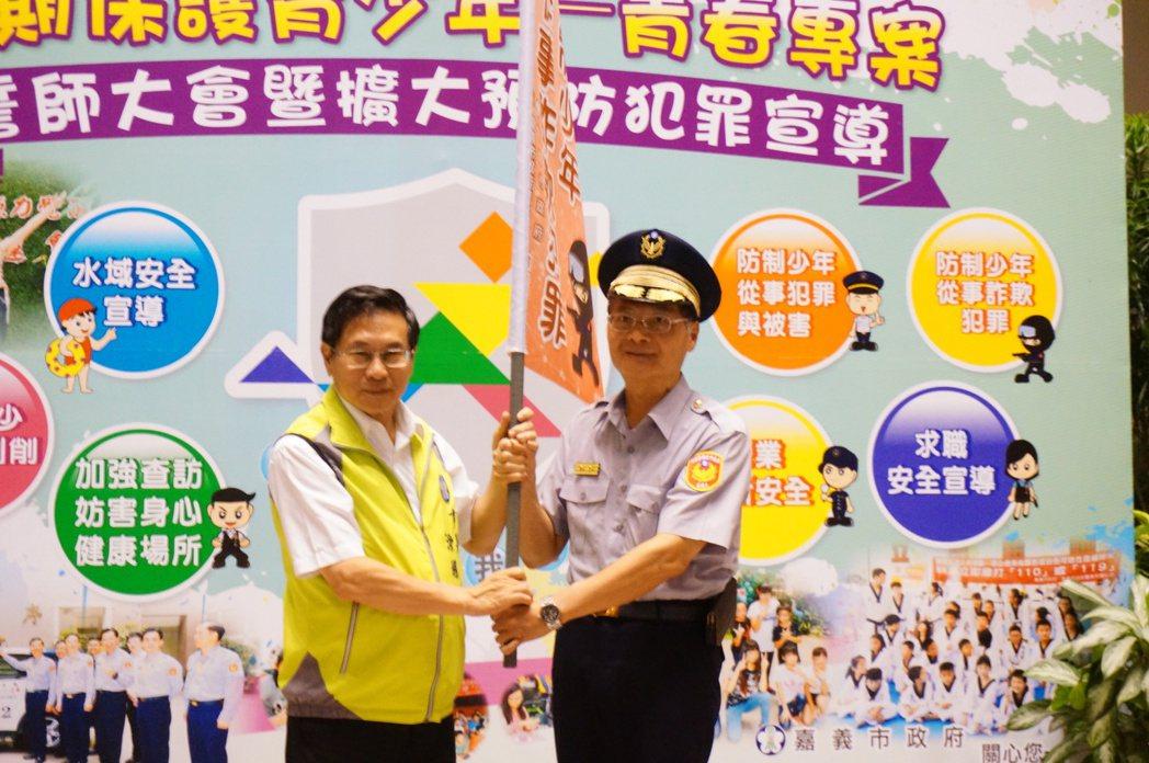 詹永華(右起)接受市長涂醒哲授旗。記者林伯驊/攝影