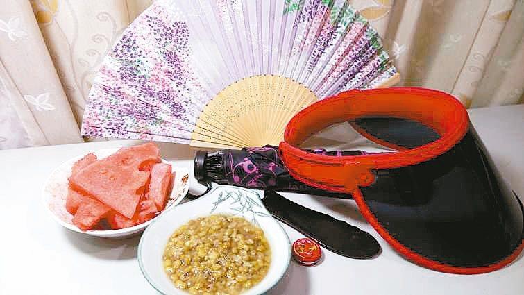 除了充足睡眠和補充水分,我養成攜帶洋傘、摺扇、清涼油習慣(見圖),阻絕曝曬和幫助...
