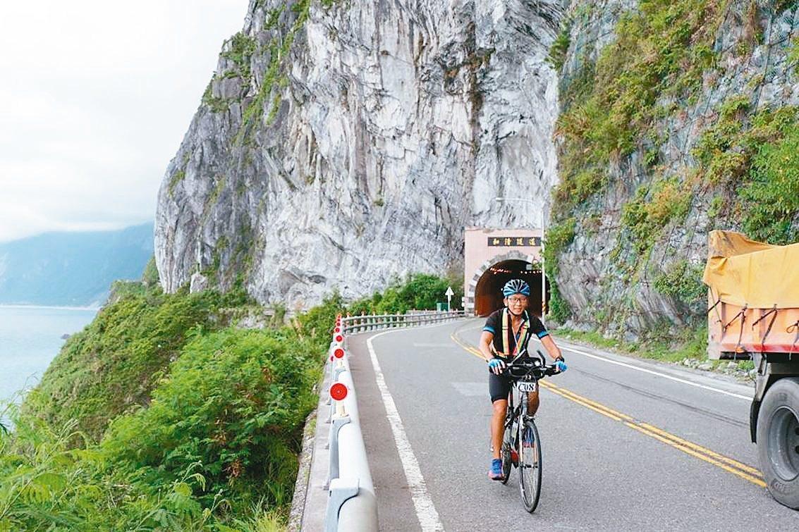 暑假開始,單車環島正夯,台灣自行車環島運動協會正舉辦單車環島活動,昨天下午通過蘇...