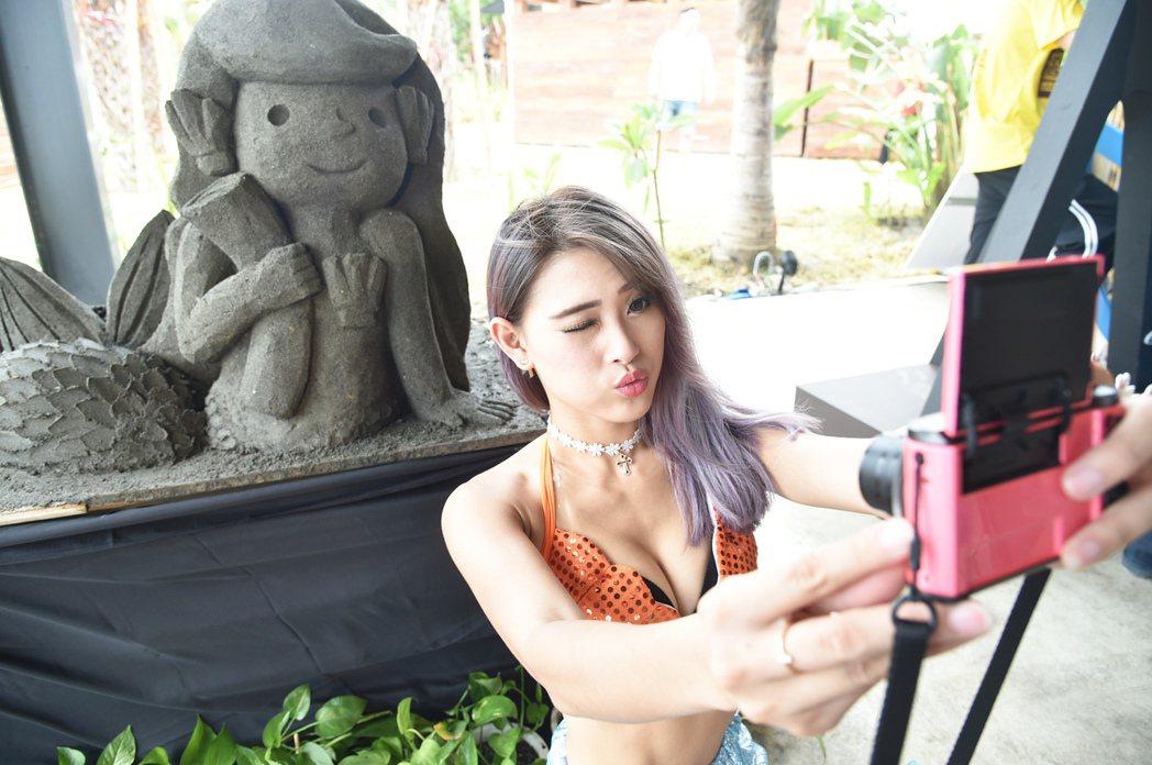 高雄旗津黑沙玩藝節今年將在7/8盛大開幕,記者會美女自拍。 記者劉學聖/攝影