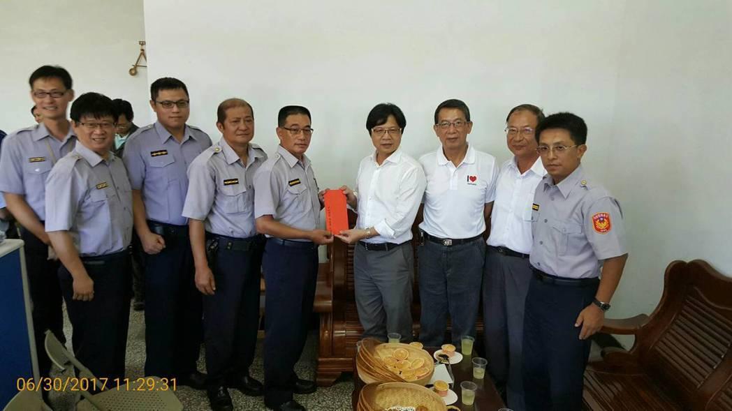 葉俊榮(右四)慰問員警辛勞,發放加菜金。 圖/台東縣警局提供