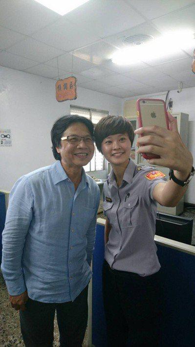葉俊榮也與員警開心玩「自拍」合影。 圖/台東縣警局提供