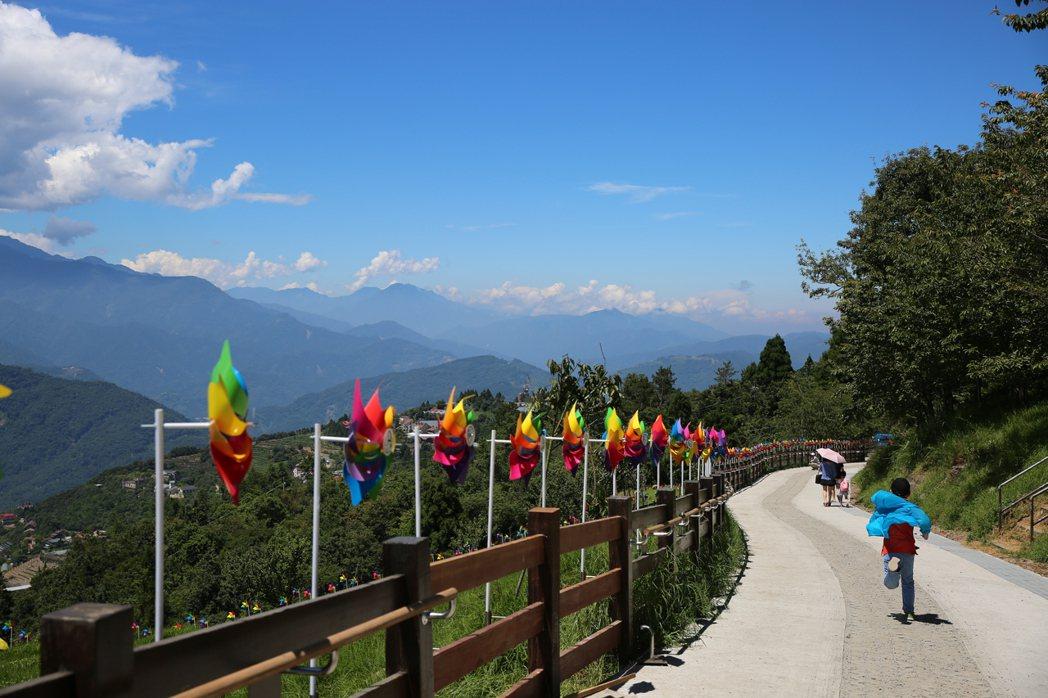 清境風車節今年以彩虹為主題,觀山牧區綿延500公尺的彩虹步道「超吸睛」。 圖/清...