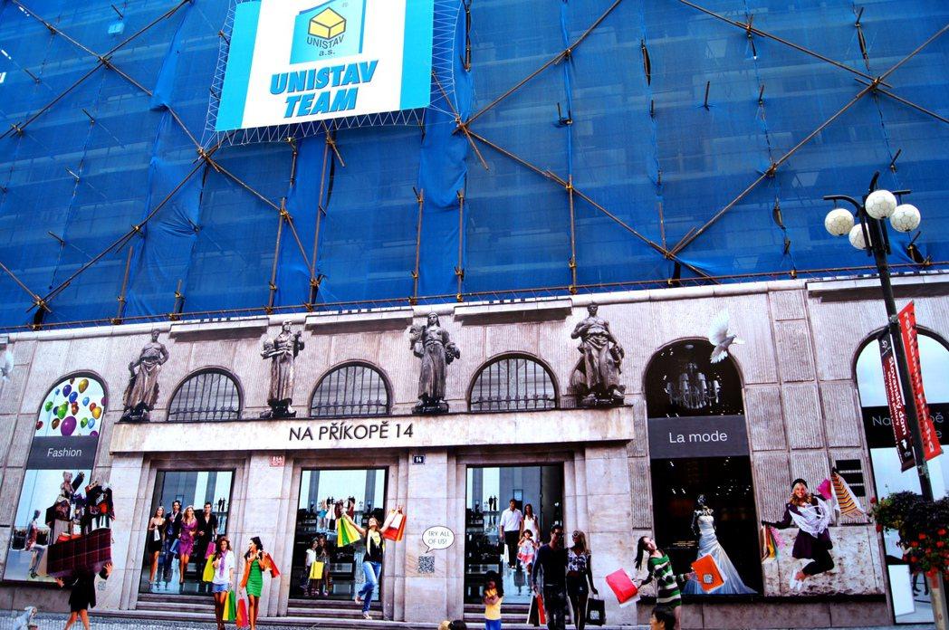 看清楚一點,布拉格這家整修中的百貨公司,一、二樓外面掛的是昔日櫥窗及顧客進進出出...
