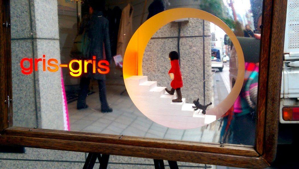 京都有家開在二樓的女裝店,在一樓樓梯出口處,擺著一個透明玻璃箱,裡面有個紅衣女孩...
