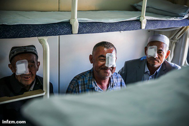 健康快車運行20年來,已為19萬農牧民免費提供復明手術。這是停靠在喀什的第四列健...