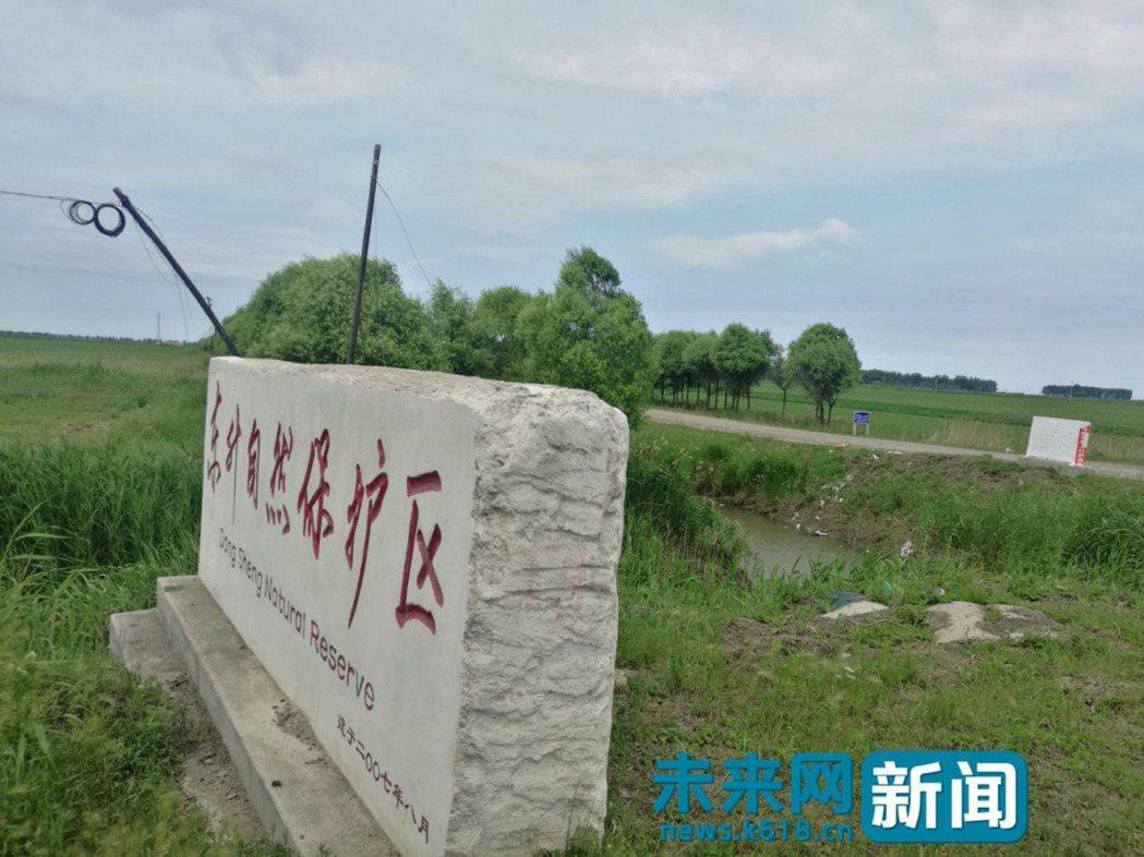 保護區石碑旁就有不少農藥瓶。(取材自未來網)