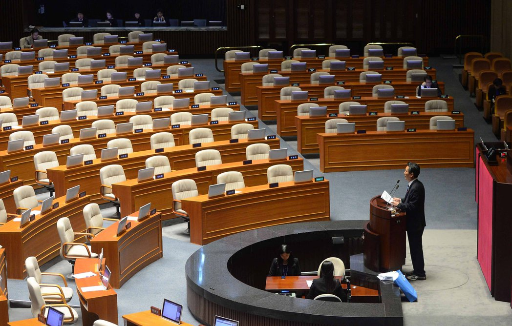 韓國共同民主黨議員李鍾杰面對空無一人的會議廳,仍喋喋不休地講了12小時。 (美聯...