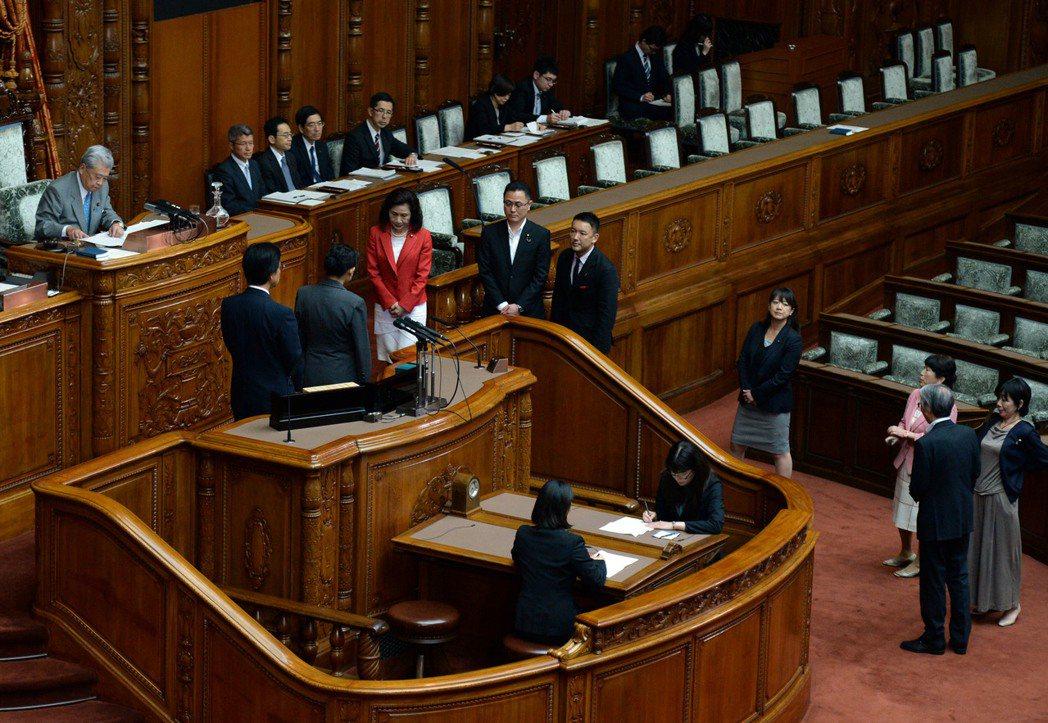 日本國會有發言時間限制,反對黨議員常採用「牛步戰術」延緩該法案通過。所謂牛步,就...