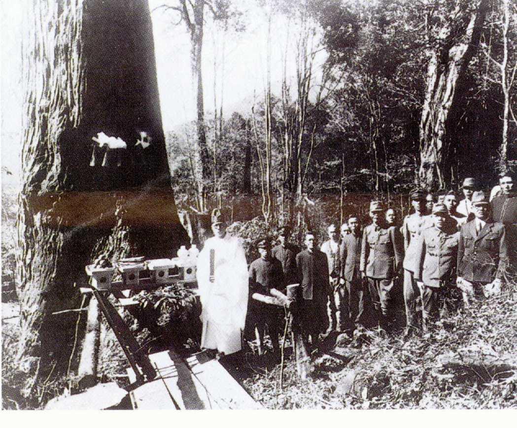日本人因有感上千年樹齡的阿里山檜木有靈,在砍伐前都會舉行伐木祭典,並興建樹靈塔安...