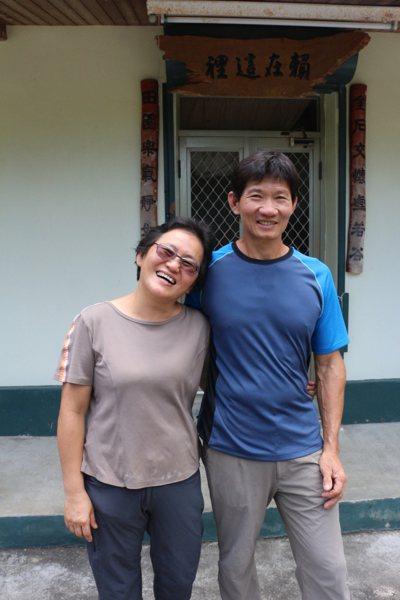 賴金田、許美菊夫妻現居的老宅還是簡單的水泥平房型態,大門的對聯很有意思。 記者李...