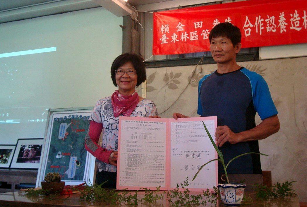 賴金田與台東林管處合作,無償認養兩片國有林地,栽種台灣逐漸稀少的殼斗科植物原生種...
