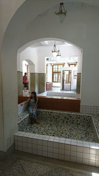 浴池成為遊客留影的熱門場所;攝影/吳宜晏