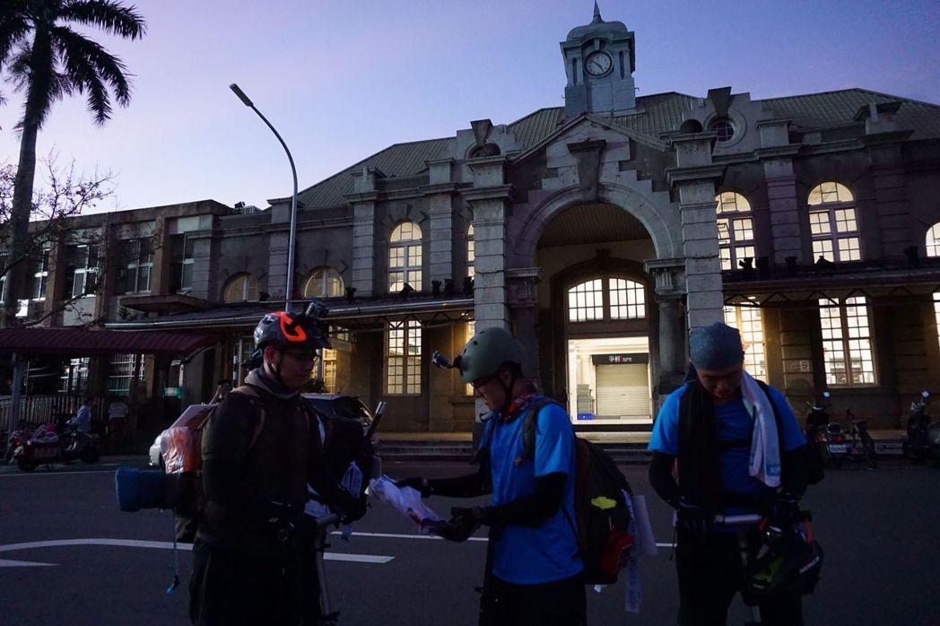 四位明新科大的學生今天上午從新竹火車站出發,預計20天環島。圖/江瑋豪提供