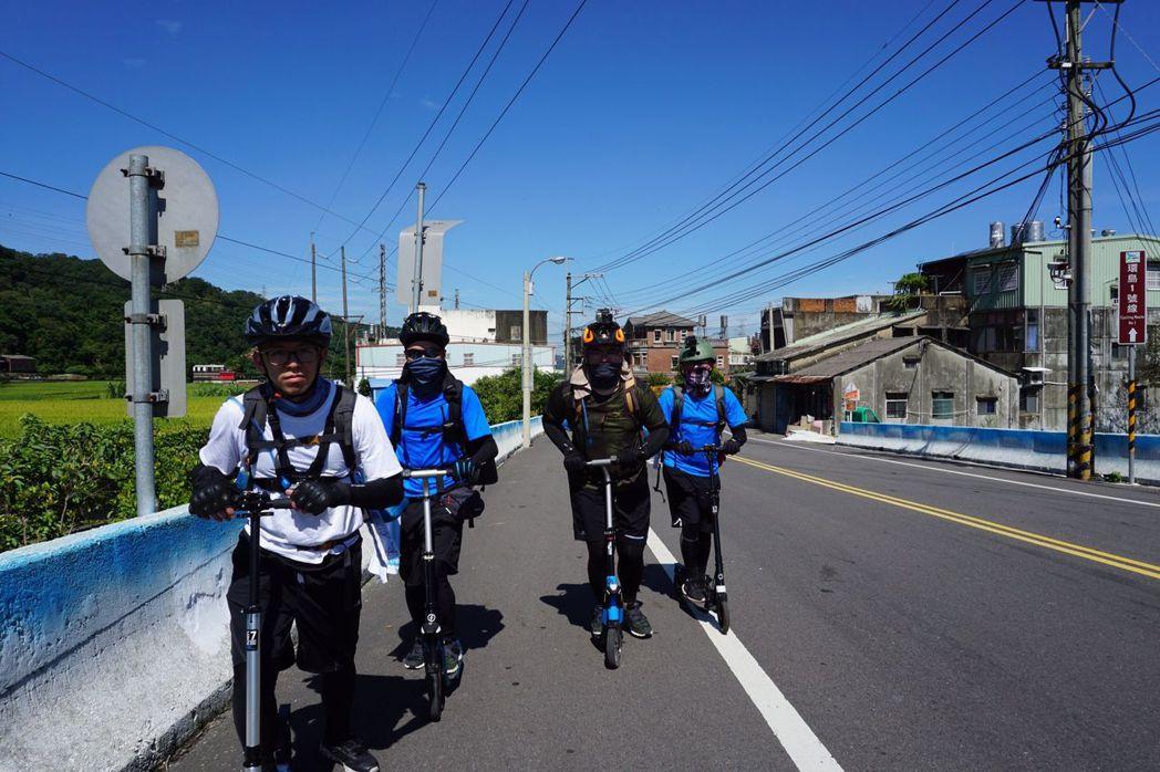 四位明新科大的學生以滑板車環島圓夢。圖/江瑋豪提供