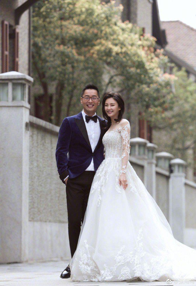 「星女郎」張雨綺(右)和老公袁巴元(左)。圖/摘自微博
