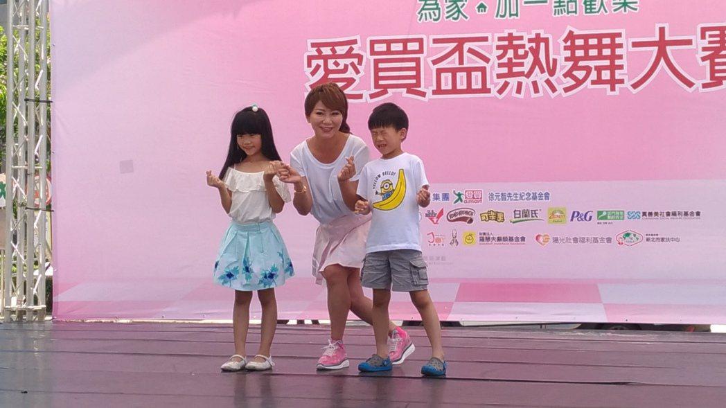 佩甄一雙兒女力挺老媽。記者李姿瑩/攝影