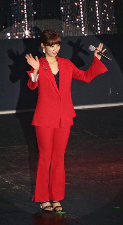 韓星朴信惠1日在台北Att Show Box舉辦粉絲見面會,她穿紅色褲裝現身,唱著主演電視劇「皮諾丘」的插曲「愛如雪」,她國台語雙聲道,誠意滿滿,先用中文說:「大家好,我是朴信惠。」接著用台語說:「...