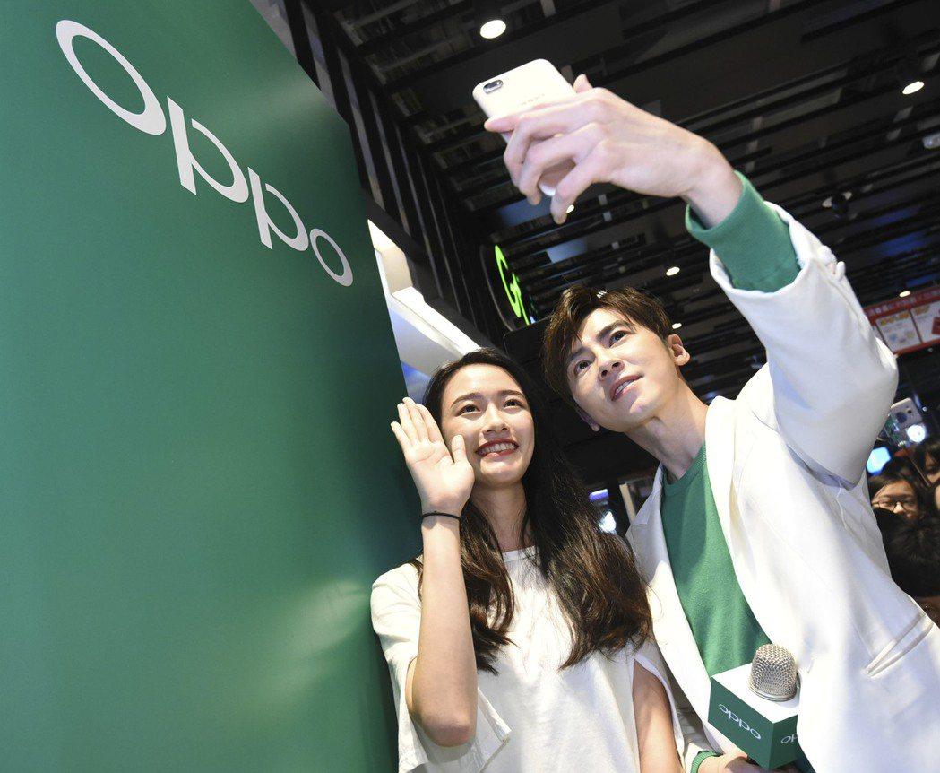 李國毅出席活動,和粉絲互動。圖/OPPO提供