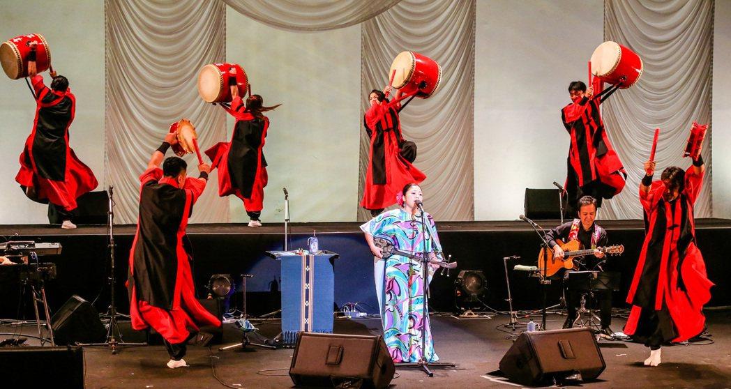 日本歌姬夏川里美昨天來台舉行演唱會,同場演出搭配琉神太鼓團,並演唱多首中文歌如「