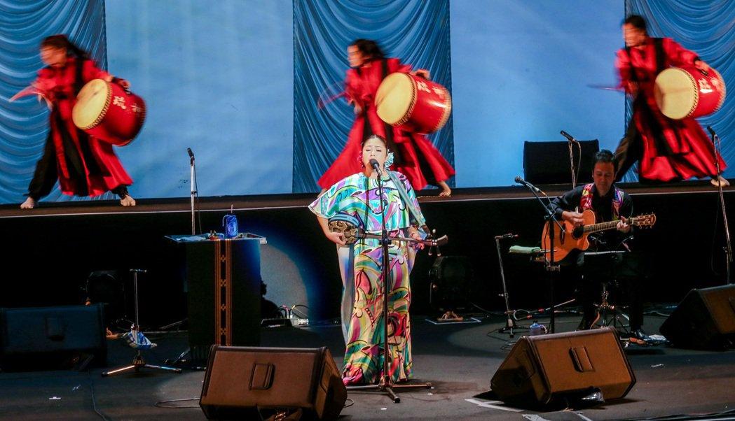 日本歌姬夏川里美昨天來台舉行演唱會,同場演出搭配琉神太鼓團,並演唱多首中文歌如「...