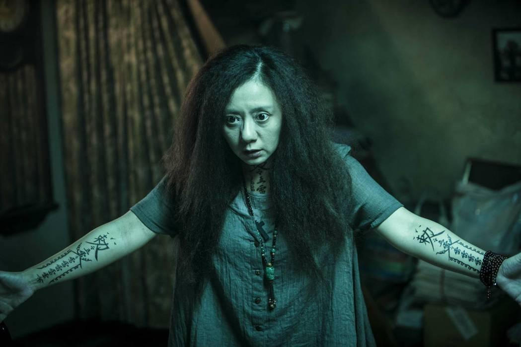 高慧君為「紅衣小女孩2」在手上畫了威力強大的驅魔咒。圖/威視提供