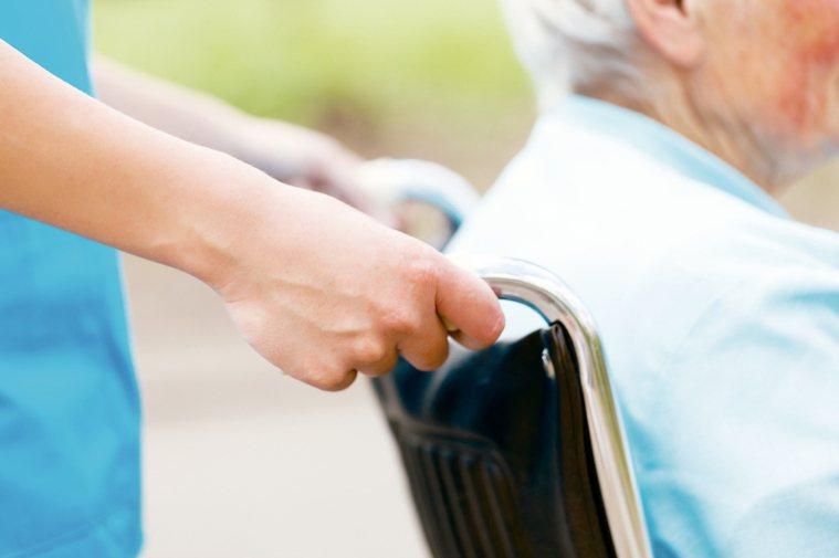 聘外勞、住安養中心 長照會給補助嗎?