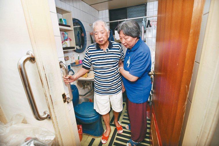 「大家開心過年時,其實我們家很緊張害怕。」63歲的照顧者黃秋謹回想,14年前先生...
