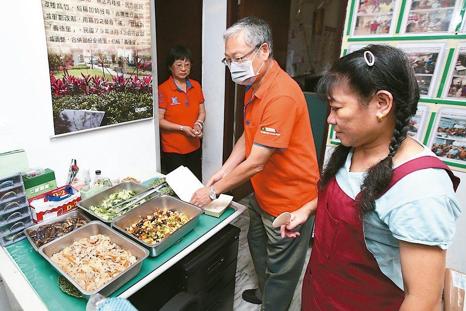 鄰里老人供餐,可以解決沒時間煮菜的問題。 記者蘇健忠/攝影