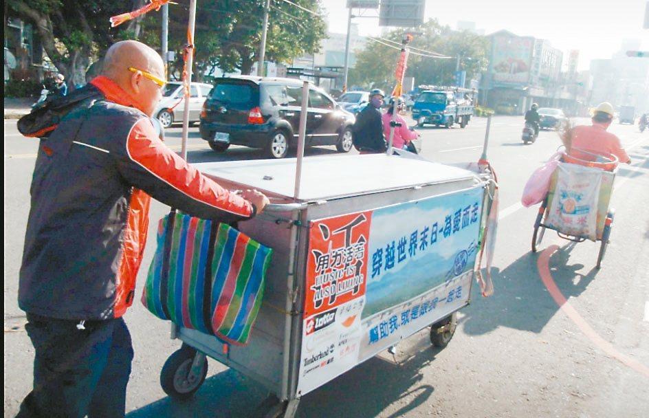 吳正忠5、6年前曾推著自製推車,徒步環台推廣紅藜。 圖/取自吳正忠臉書