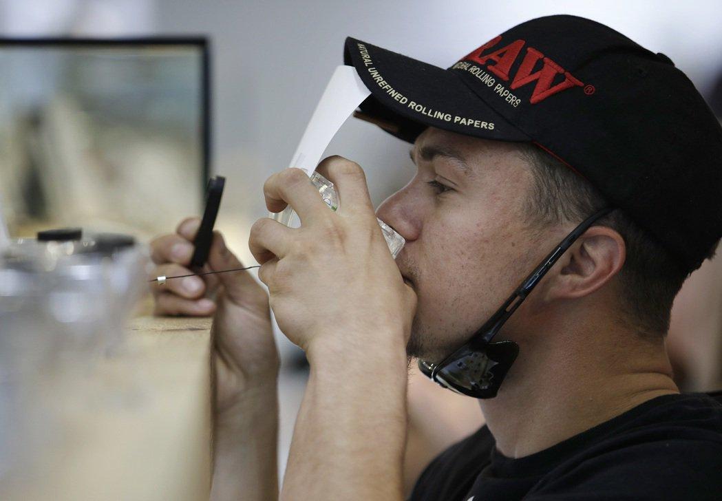 一名男子在拉斯維加斯一間大麻店裡試聞味道。 美聯社