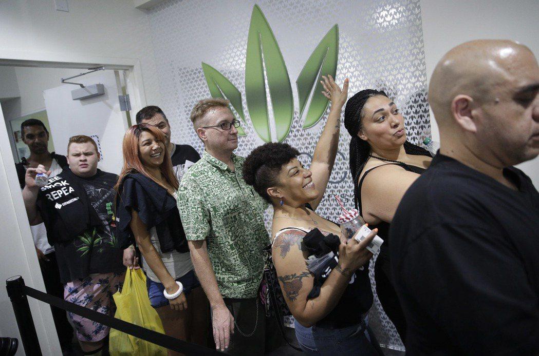 民眾一日在拉斯維加斯一間大麻專賣店排隊買大麻。 美聯社