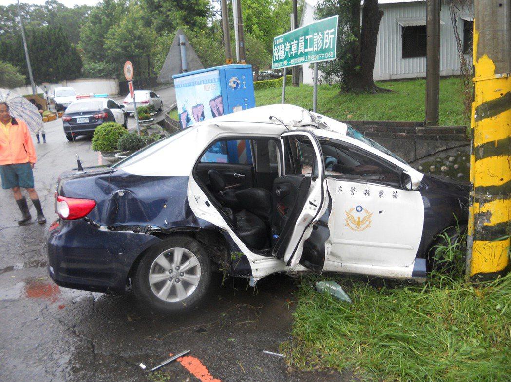 警員陳源正駕駛的警車因水漂現象失控,撞擊電桿嚴重變形。 圖/苗栗警分局提供