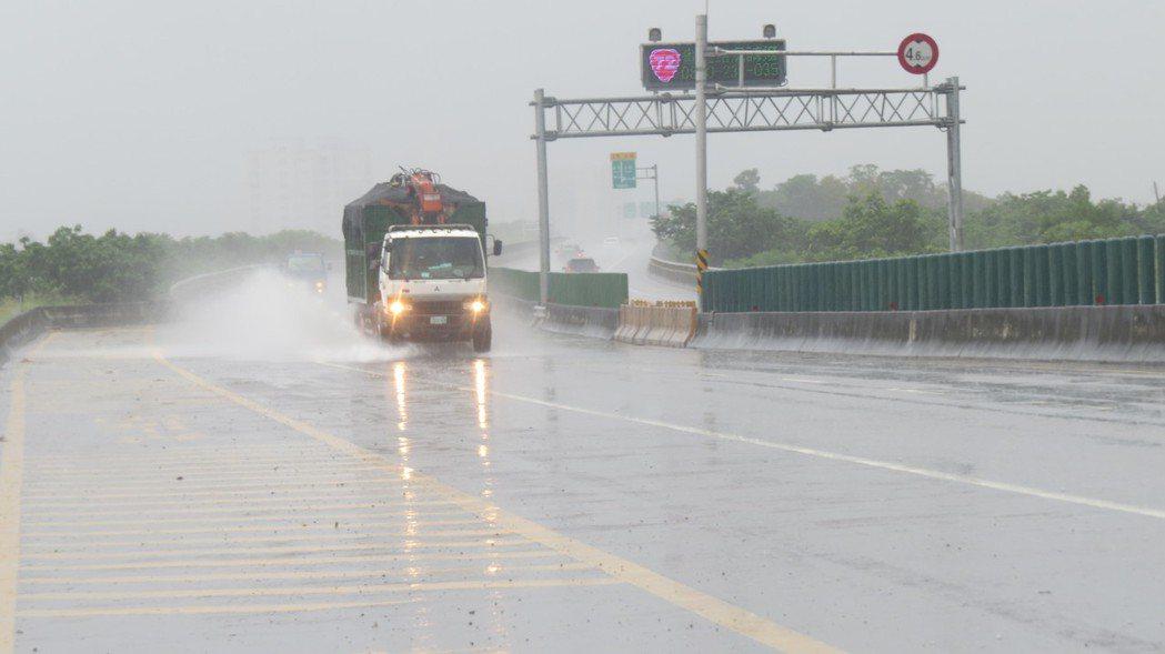 警方曾接獲民眾反映台72線,苗栗市龜山大橋到128縣道匝道間東向車道內側會出現水...