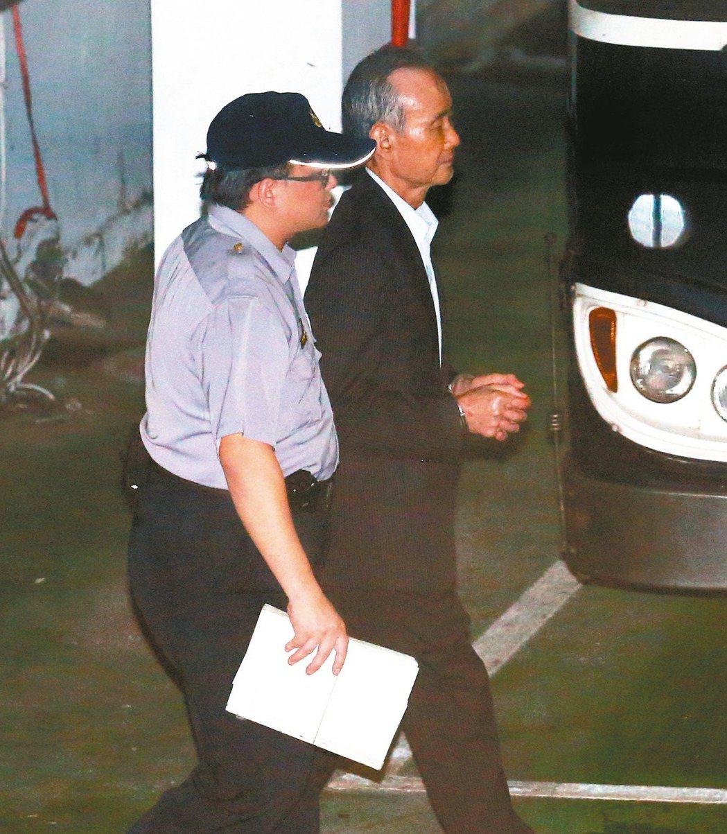 遠雄集團董事長趙藤雄(右)被控涉嫌掏空及行賄,遭檢方聲請羈押,他在法警戒護下步上...