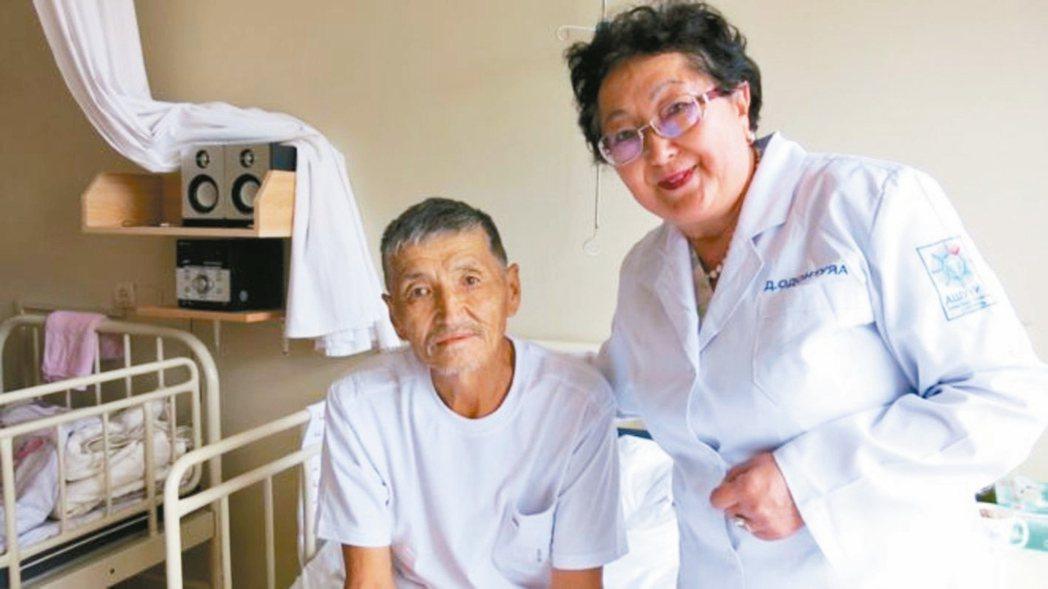 女醫師達瓦蘇仁(右)將安寧照顧觀念引進蒙古。 圖/取自BBC網站