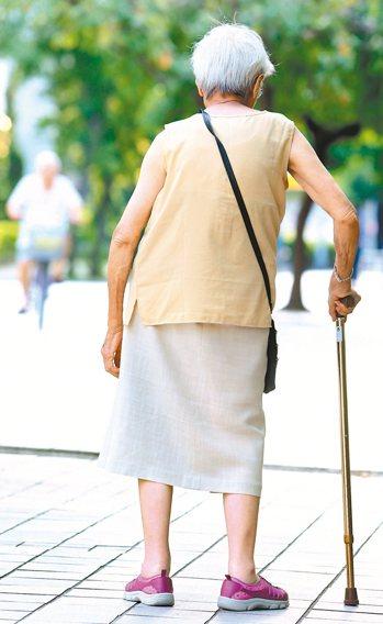 不少長者肩背佝僂,長期下來會增加其他健康風險。 報系資料照