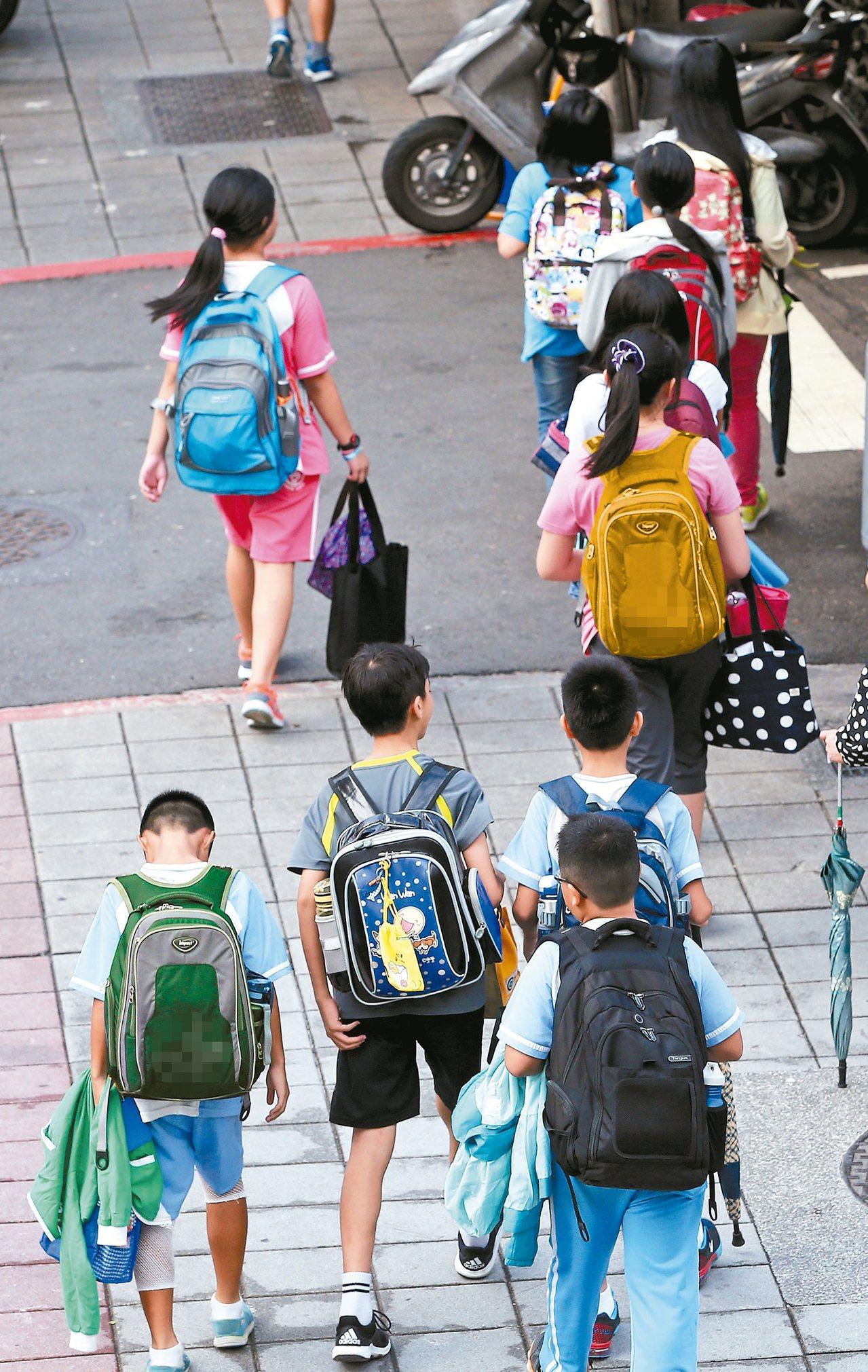 調查報告指出,一個孩子從小學念到大學,父母平均支出教育費用135萬元,台灣在此次...