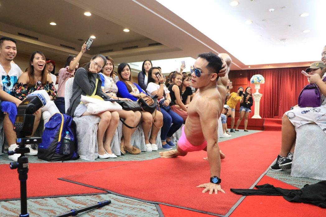 「在台菲律賓人超級名模生死鬥」今天在台南大飯店展開,比照正式選美比賽,參賽者穿著...