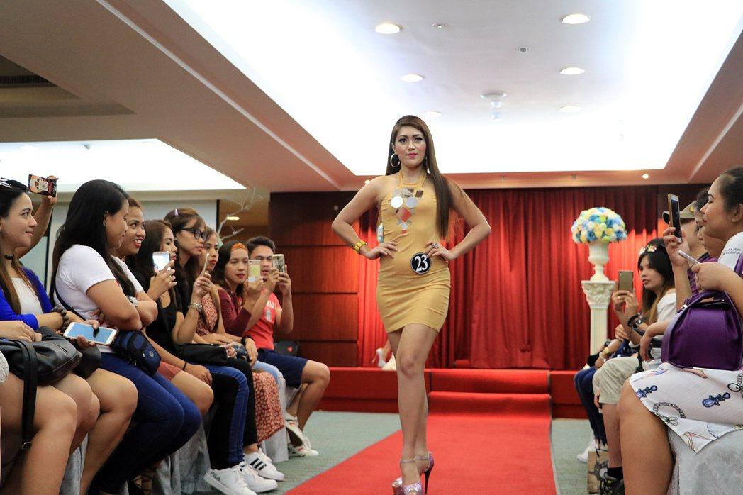 「在台菲律賓人超級名模生死鬥」今天在台南大飯店展開,主辦單位請來專業設計師、造型...
