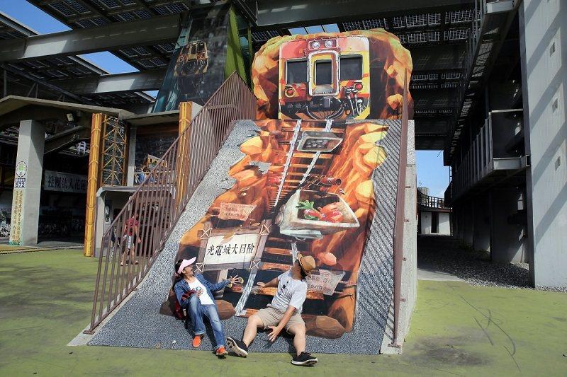 陽光電城-彩繪火車軌道就是溜滑梯,超有創意