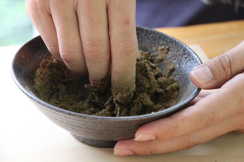 草本傳奇香草園區-倒入小杯清水與複方草粉揉捏成團,體驗親手製香的樂趣吧!