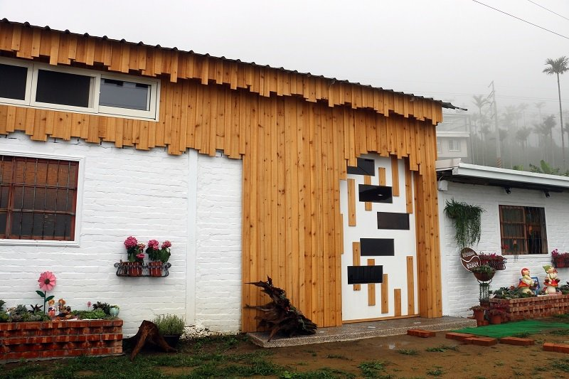 琥珀社咖啡莊園-舊倉庫透過改造呈現溫馨氣息,在山中雲霧中顯得格外別致